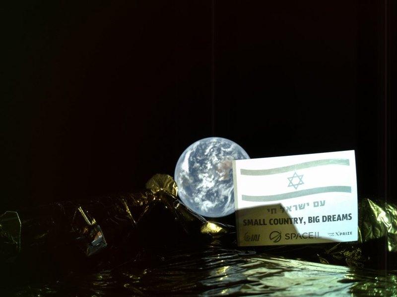 Израильский лунный аппарат прислал первый снимок
