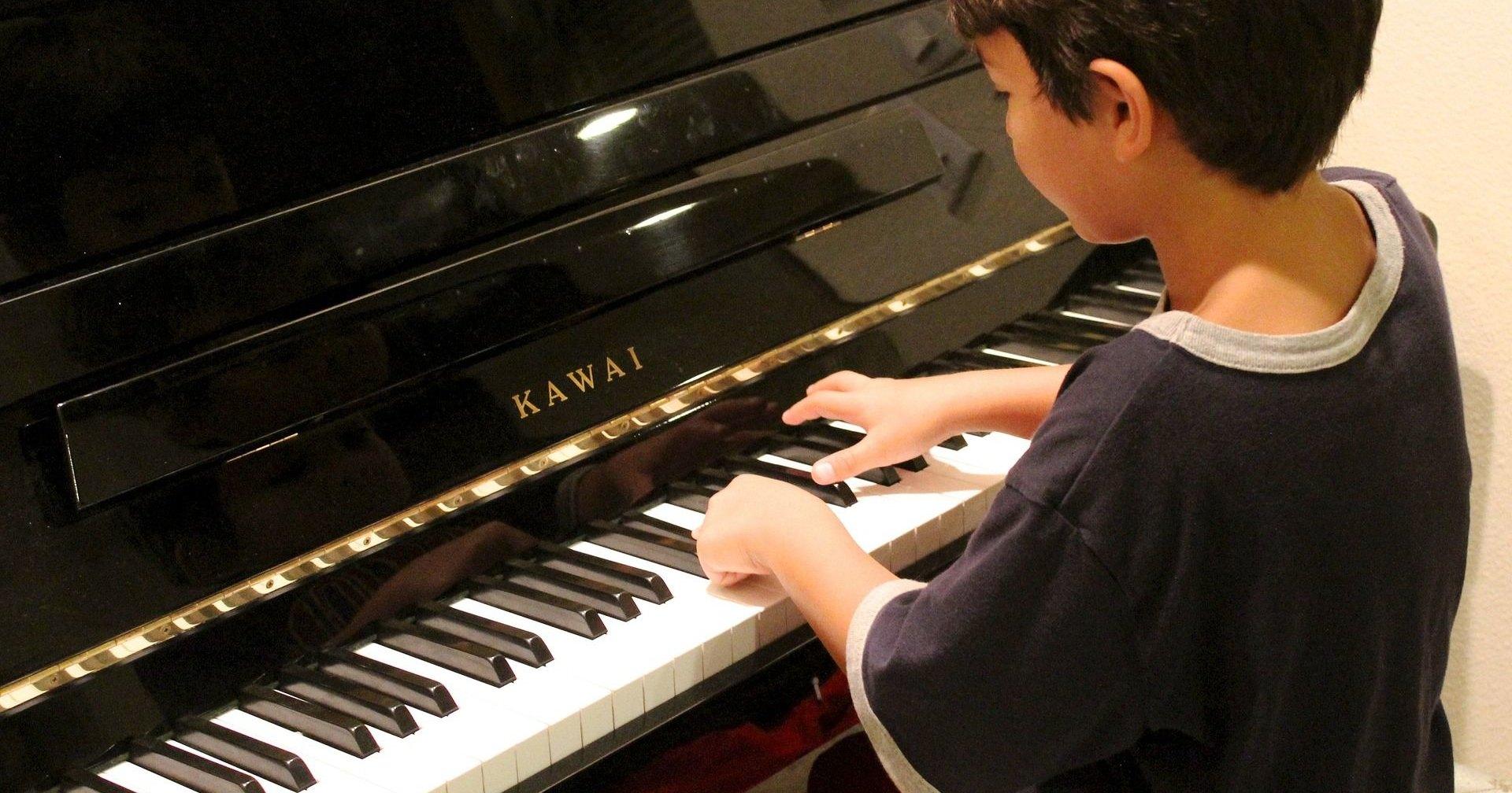 Полуслепой шестилетний мальчик играет «Богемскую рапсодию»