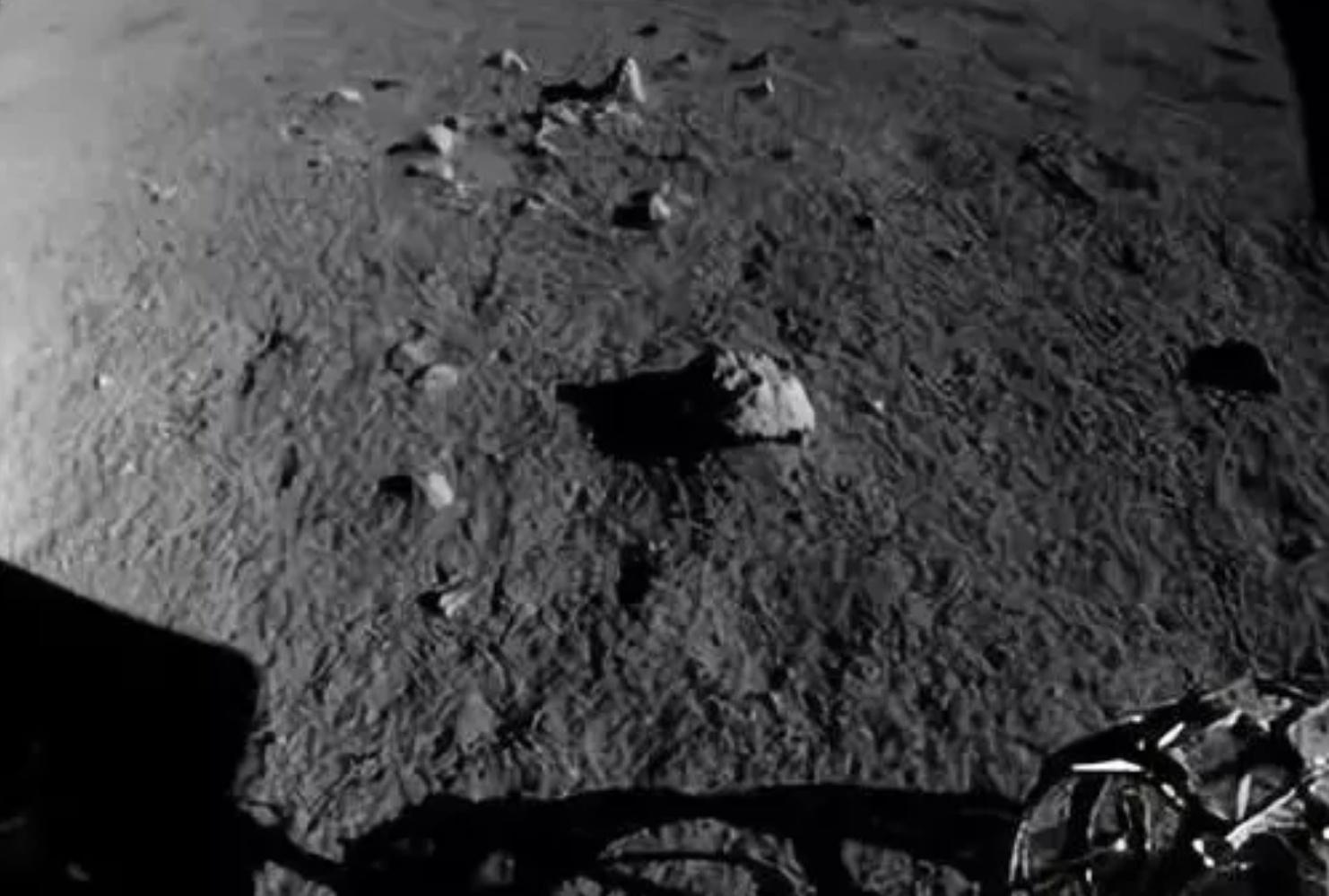 Миссия «Чанъэ-4» — третий лунный день. Ровер «Юйту-2» в поисках… камней - 1