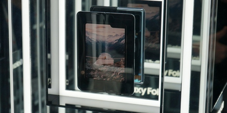 Видео дня: реальный Samsung Galaxy Fold в руках пользователя. Залом на экране бросается в глаза