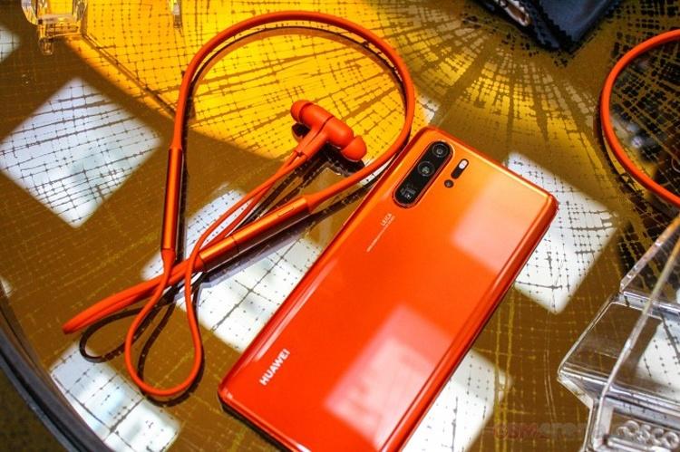 Беспроводная гарнитура Huawei Freelace может подзаряжаться от смартфона