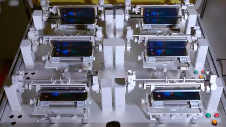 Можно смотреть бесконечно. Samsung показала, как смартфоны Galaxy Fold проходят испытания на изгиб