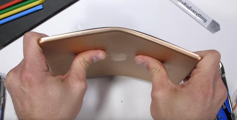 Новый планшет iPad mini достаточно легко гнётся, хотя ситуация не столь плачевная, как у нового iPad Pro