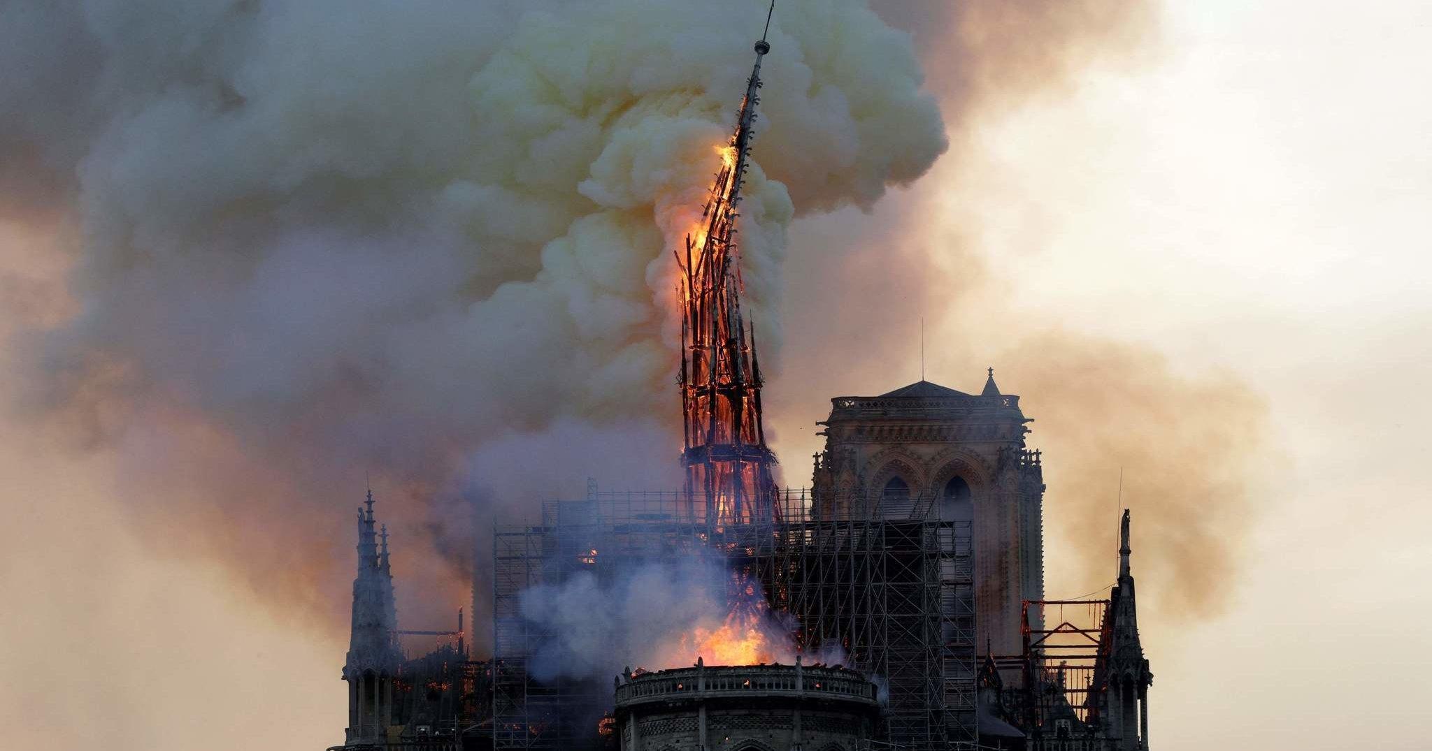 В Париже сгорел Нотр-Дам