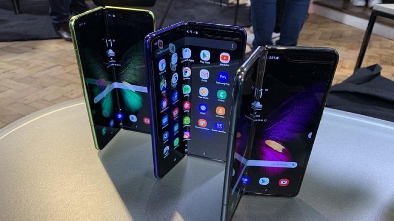 Обновить при первом включении Гибкий смартфон Samsung Galaxy Fold уже получил новую прошивку