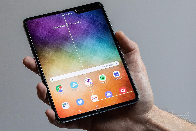 Samsung Galaxy Fold начнут продавать в России с мая за 150–200 тыс. рублей - 2