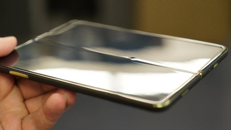 Немного пыли на экран — и складной смартфон Galaxy Fold выходит из строя
