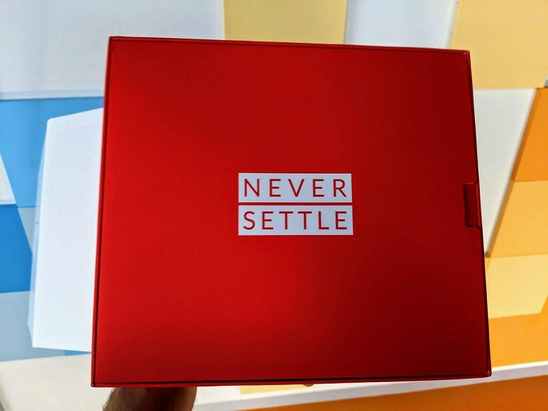 Фото упаковки OnePlus 7 (Обновлено)