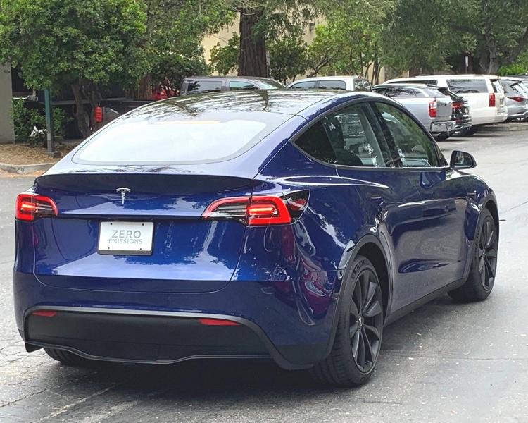 Фото дня: электрический кроссовер Tesla Model Y в «дикой природе»
