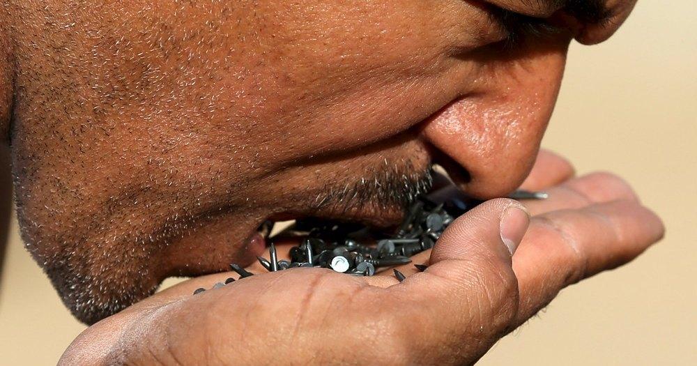 Мужчина проглотил 116 гвоздей и чудом остался жив
