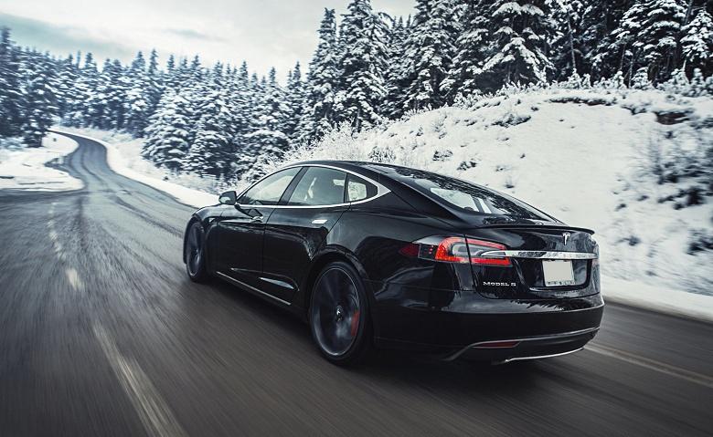 Tesla обновила прошивку автомобилей из-за недавних пожаров