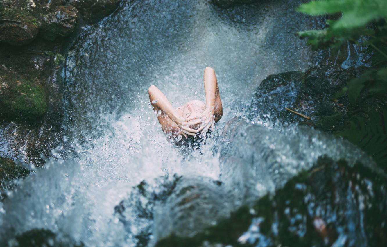 Девушка под водопадом - 1