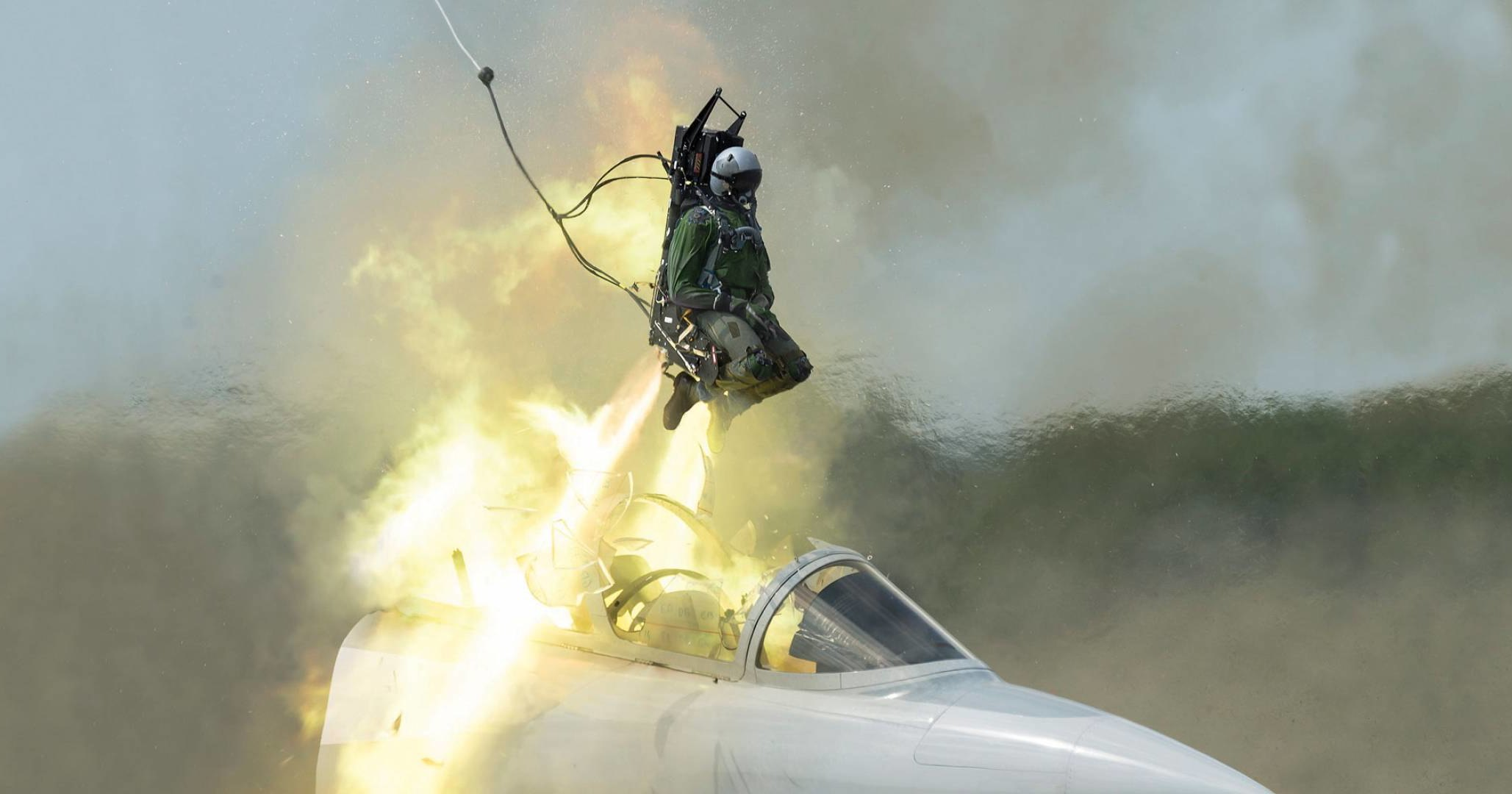 Пилот F-16 катапультировался за секунду до падения: видео