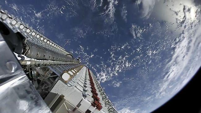 Интернет-спутники SpaceX, выстраивающиеся на орбите Земли, попали на видео - 1