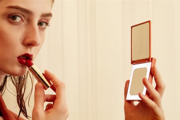 Высокотехнологичная пудреница. Xiaomi снабдила мобильный аккумулятор зеркалом – получился аксессуар для женщин