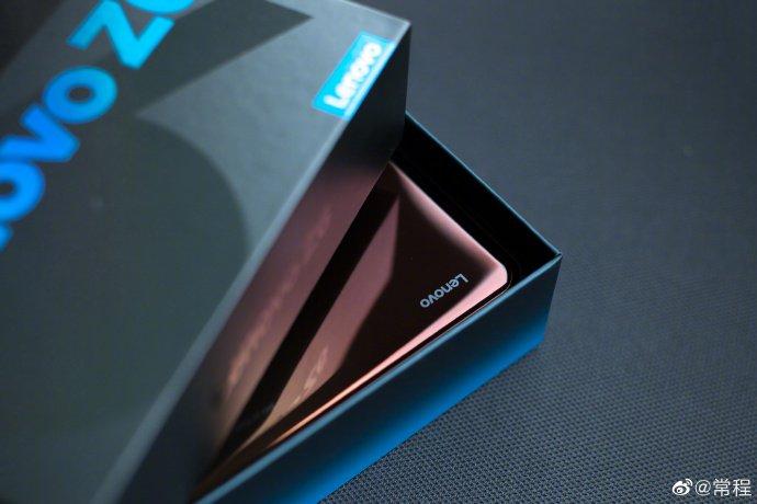 Вице-президент Lenovo показал новый смартфон флагманского семейства Z6