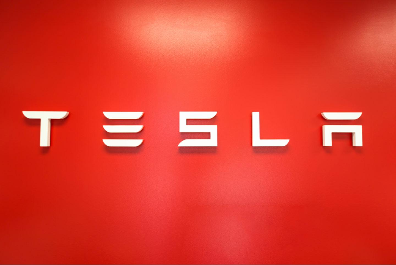 Tesla запрещает сотрудникам жаловаться на компанию в социальных сетях - 1