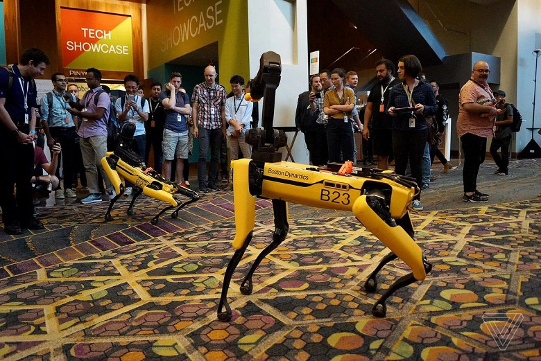 Робот-собака SpotMini компании Boston Dynamics поиграл с настоящей овчаркой и упал на презентации