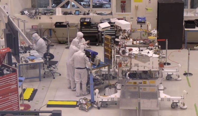 Сборку марсохода NASA Mars 2020 теперь можно наблюдать «вживую»