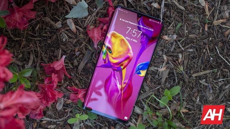 Вину не признала. Huawei убрала рекламу с экрана блокировки смартфонов