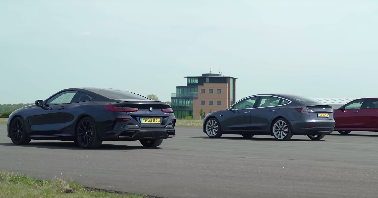 Tesla Model 3 против BMW M850i и Mercedes-AMG E63 S: дрэг-гонке