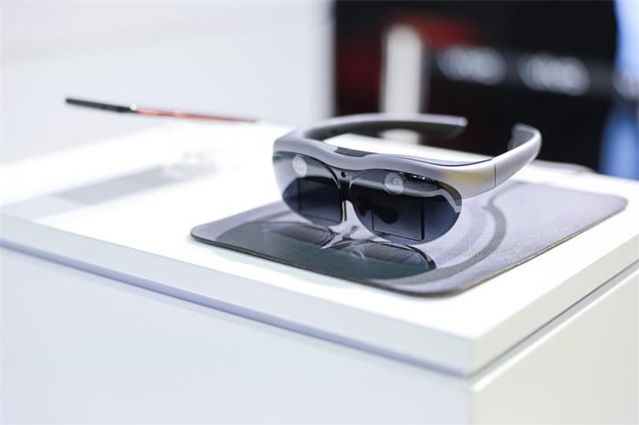 Vivo представила устройство, заряжающее смартфон за 13 минут, и VR-шлем с 5G - 1