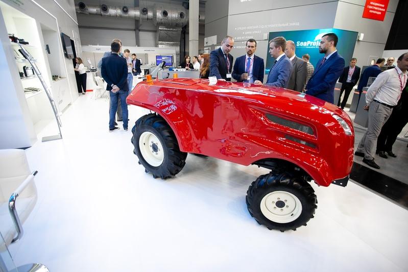 Роскосмос показал беспилотный трактор - 1