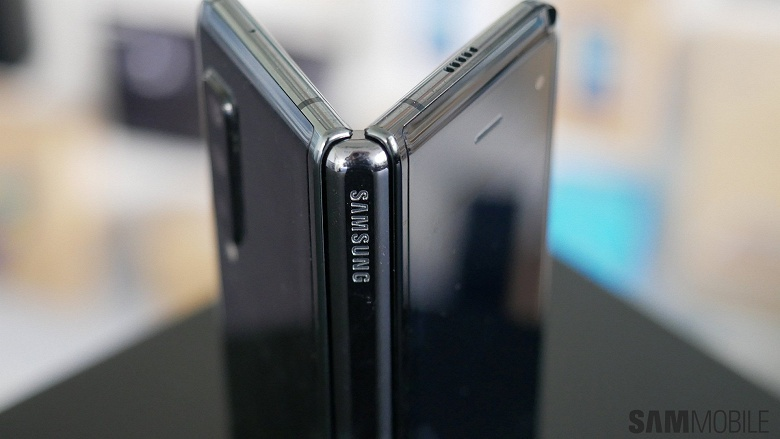 Фото дня: складной Samsung Galaxy Fold с гибким экраном замечен в общественном транспорте