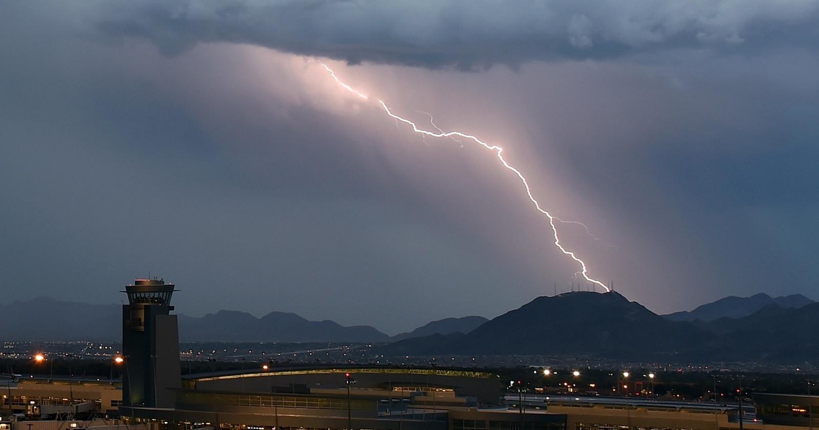 Пугающая красота природы: молнии снятые с борта самолета