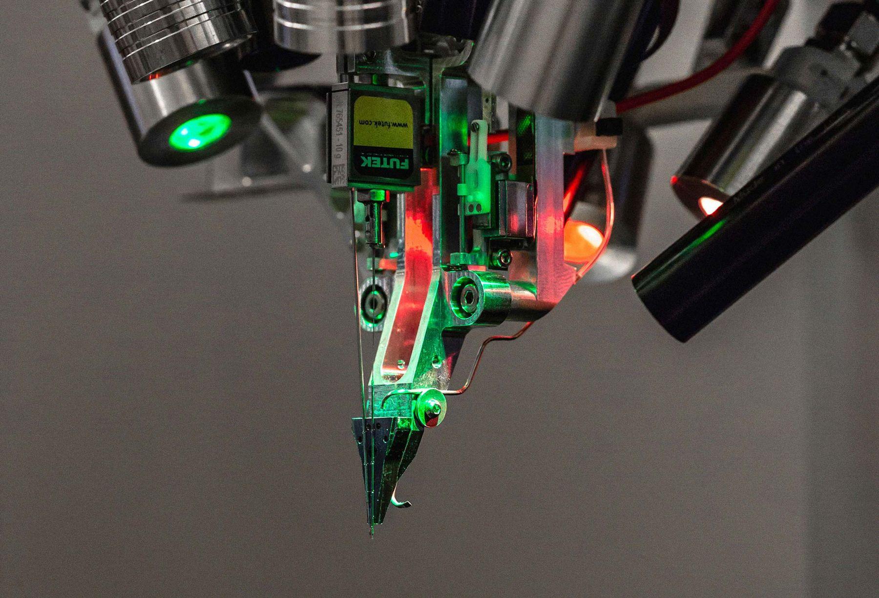 Стартап Илона Маска Neuralink представил наработки: нити-импланты для вживления в мозг - 1