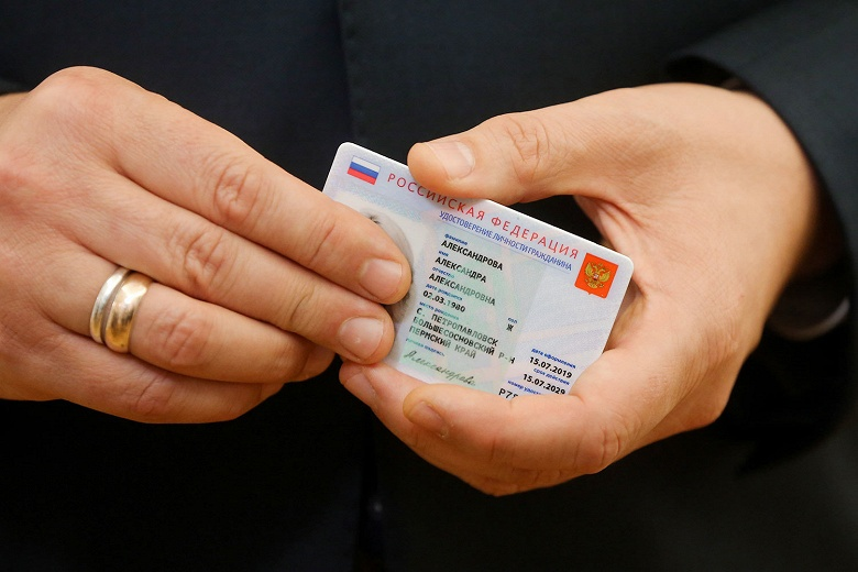 Фотогалерея дня: Медведеву показали прототип электронного паспорта россиянина