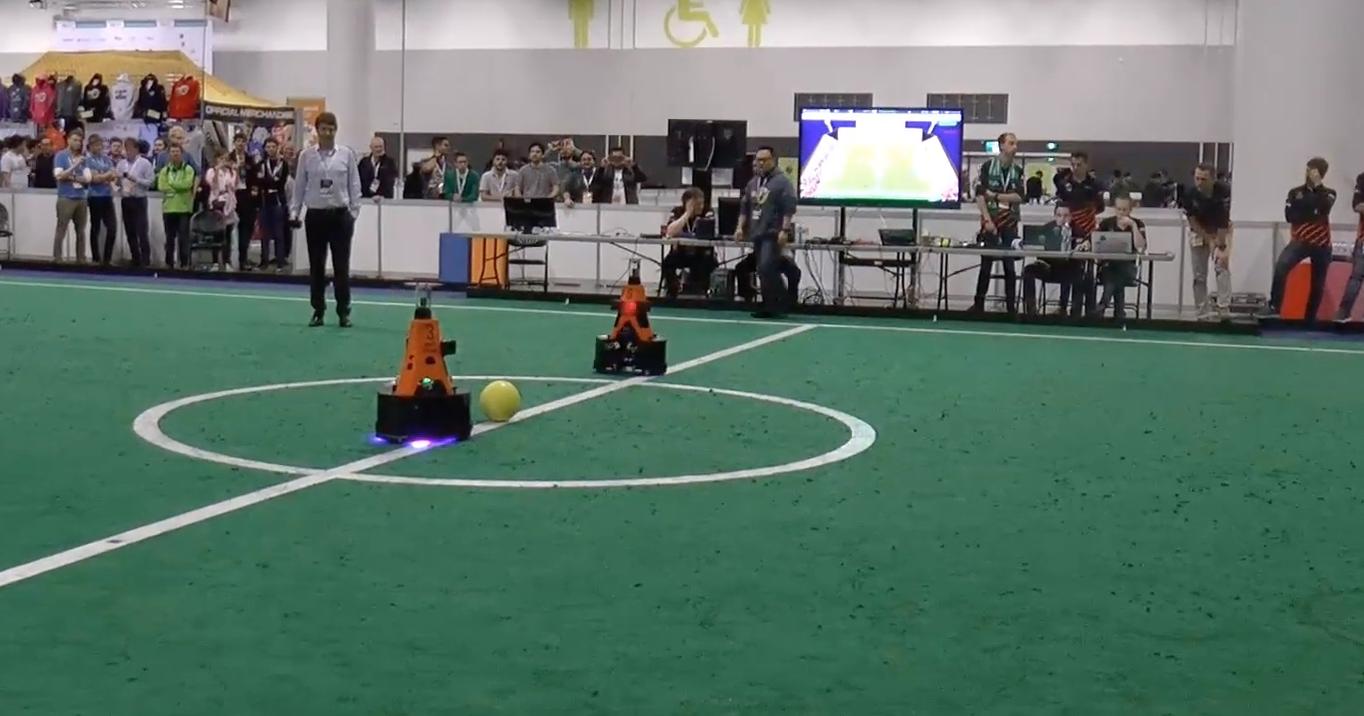 Роботы-футболисты провели матч против людей: видео