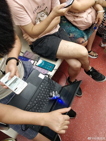 Сразу два работающих Huawei Mate 30 засветились… в метро