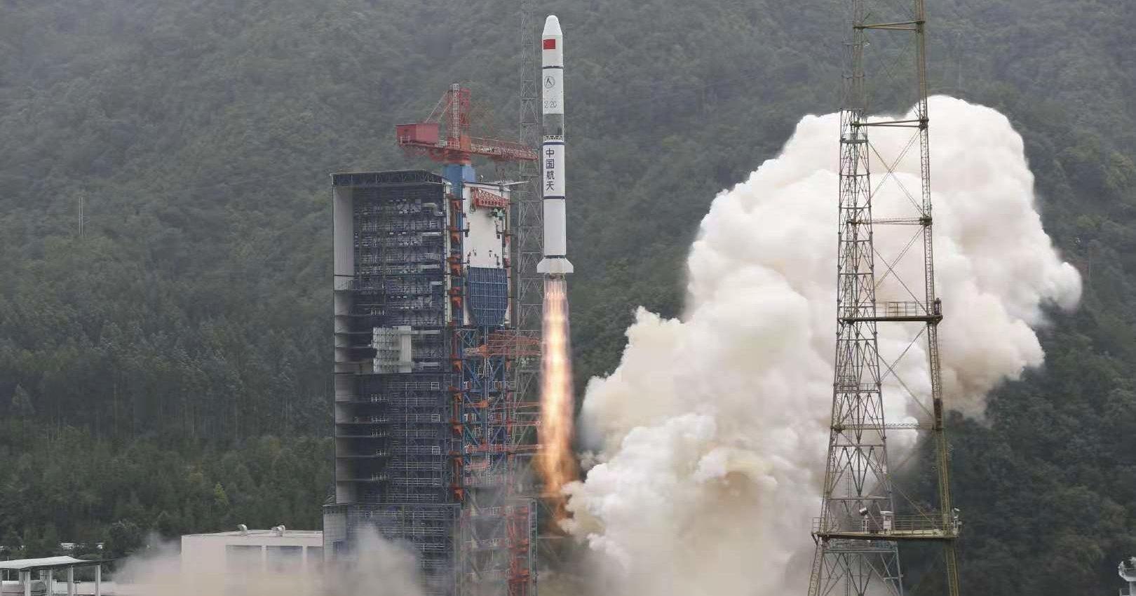 Китай успешно запустил шпионские спутники и контролируемо уронил ракету