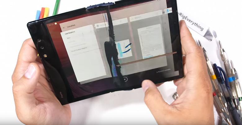 Блогер-испытатель JerryRigEverything добрался до первого в мире серийного гибкого смартфона