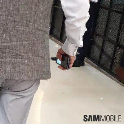 Фото дня: складной Samsung Galaxy Fold с гибким экраном снова замечен на улицах Индии