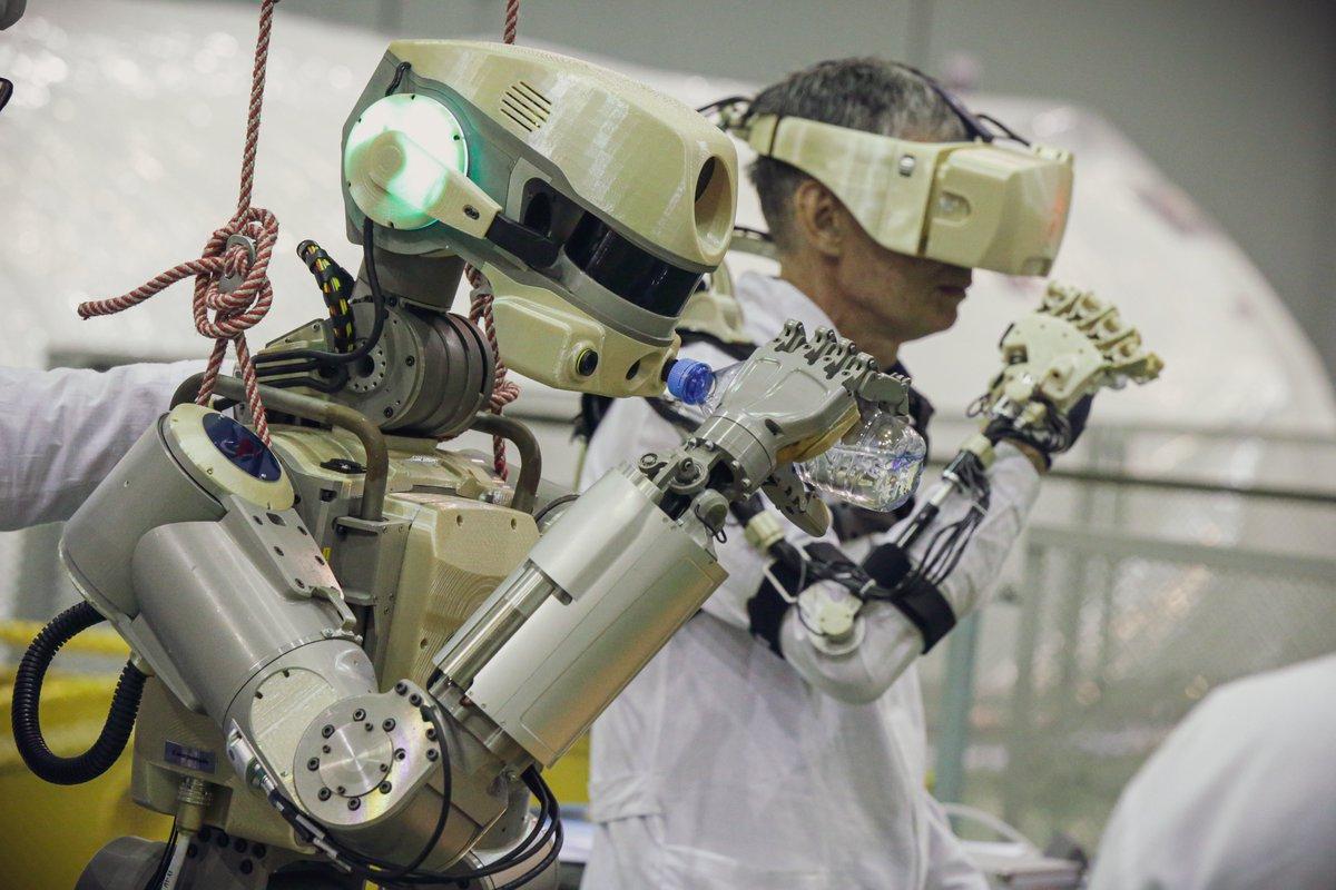Робот FEDOR (Skybot F-850) учится… открывать бутылку и брать отвертку - 11