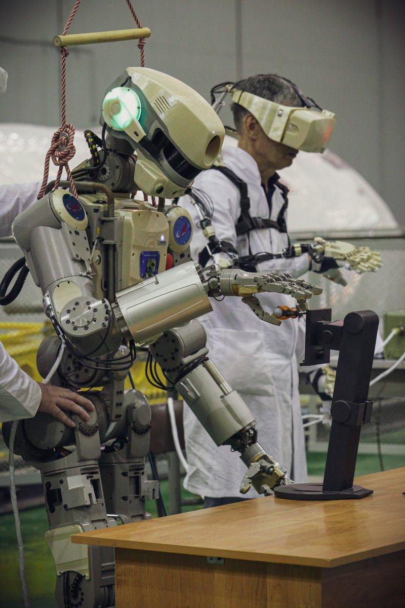 Робот FEDOR (Skybot F-850) учится… открывать бутылку и брать отвертку - 12