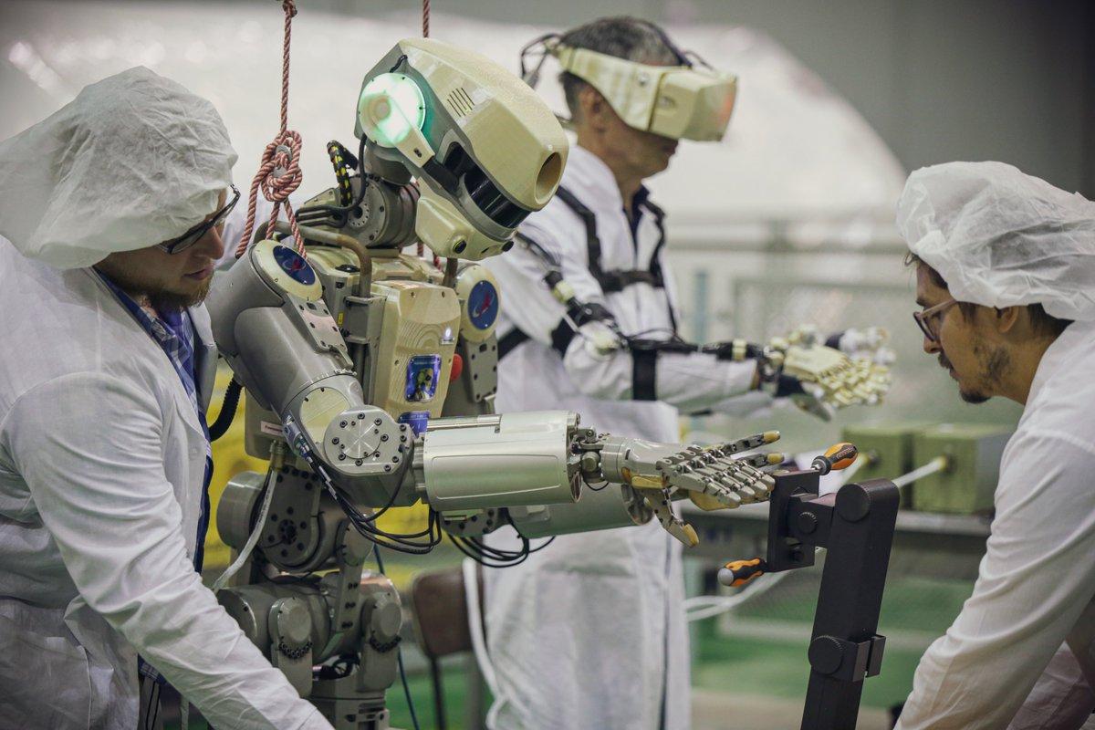 Робот FEDOR (Skybot F-850) учится… открывать бутылку и брать отвертку - 13