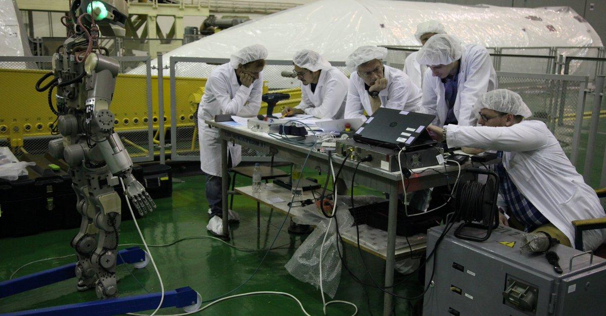 Робот FEDOR (Skybot F-850) учится… открывать бутылку и брать отвертку - 8