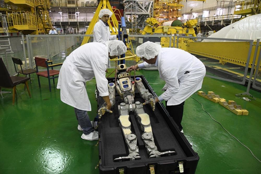 Робот FEDOR (Skybot F-850) учится… открывать бутылку и брать отвертку - 1
