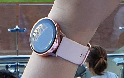 Samsung Galaxy Note10 и умные часы Galaxy Watch Active 2 сфотографировали вживую на корейском стадионе