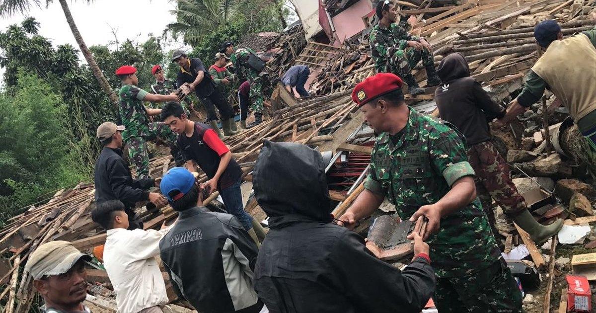 Момент мощного землетрясения в Индонезии попал на видео