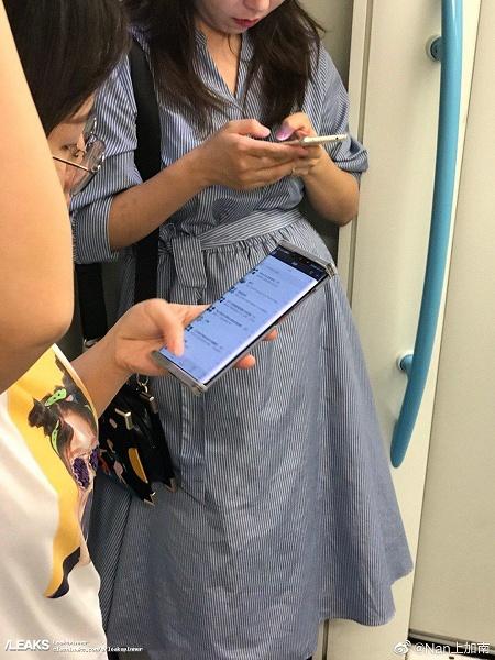 Huawei Mate 30 сфотографировали в руках пользователя. Смартфон облачен в странный чехол