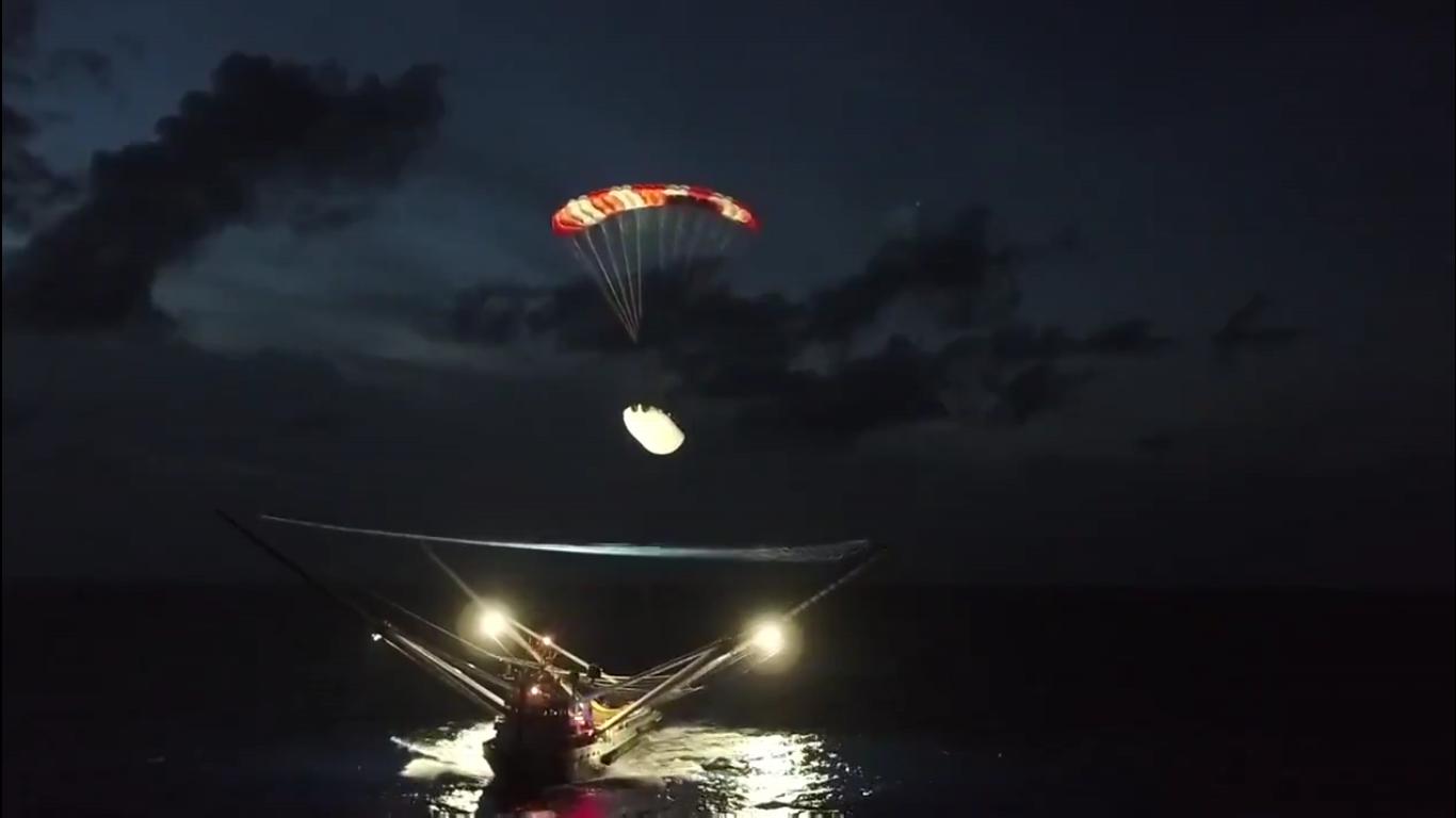 В SpaceX во второй раз успешно поймали в сеть над водой половинку обтекателя Falcon 9 - 1