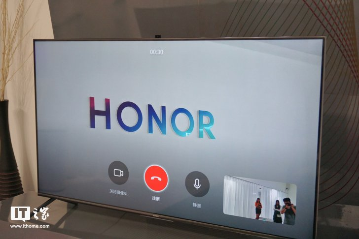 Фотогалерея дня: смарт-ТВ Honor Smart Screen на живых фото