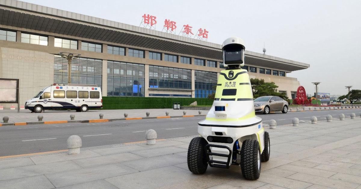 Китайцы стали использовать на дорогах роботов-полицейских - 1