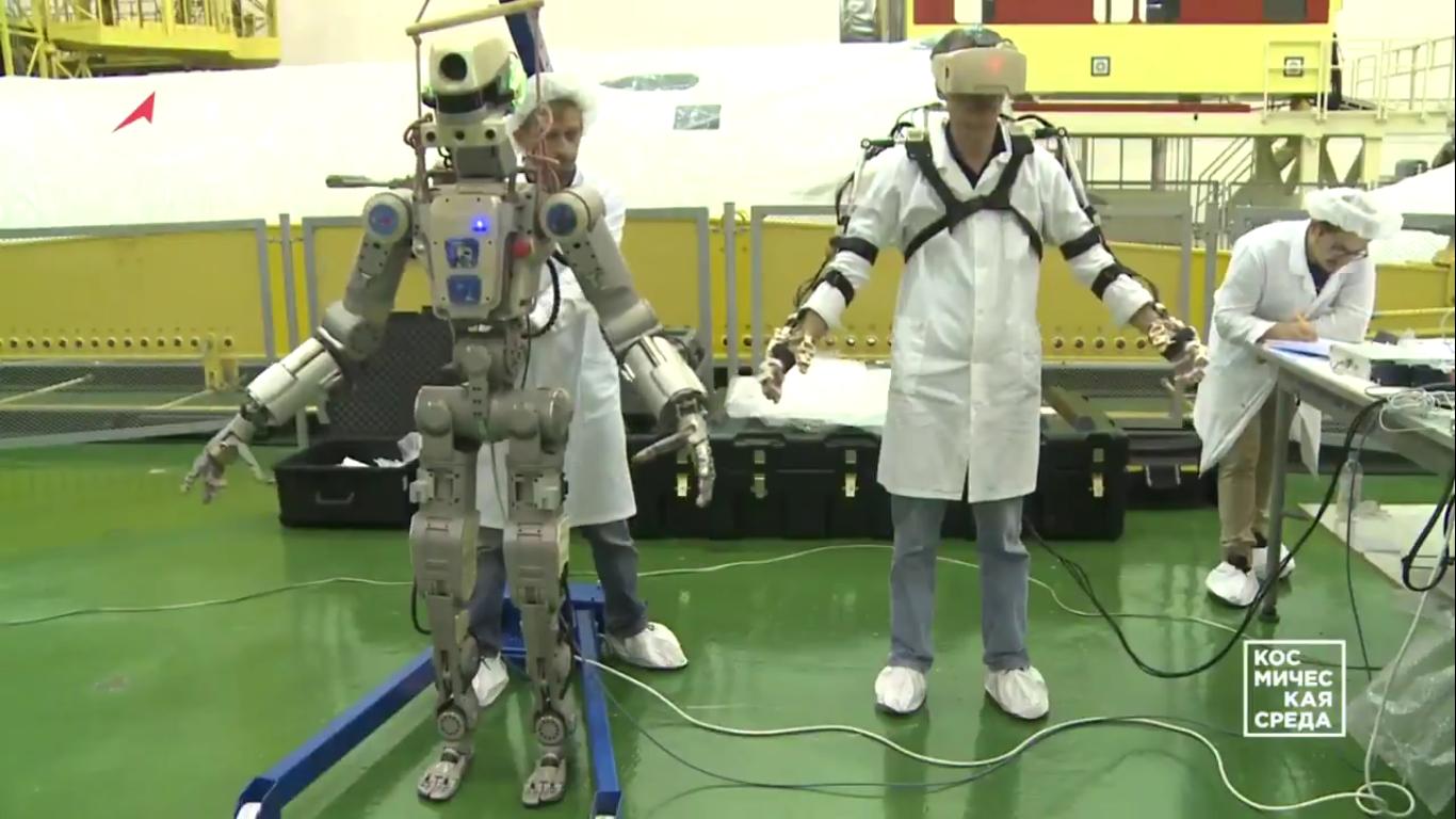 Первые видеокадры с роботом FEDOR (Skybot F-850) с Байконура и его размещение в кресле пилота - 3