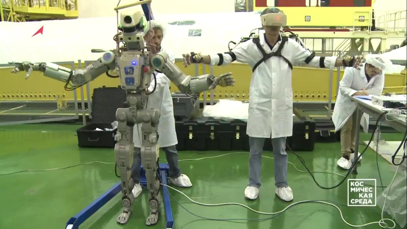 Первые видеокадры с роботом FEDOR (Skybot F-850) с Байконура и его размещение в кресле пилота - 4