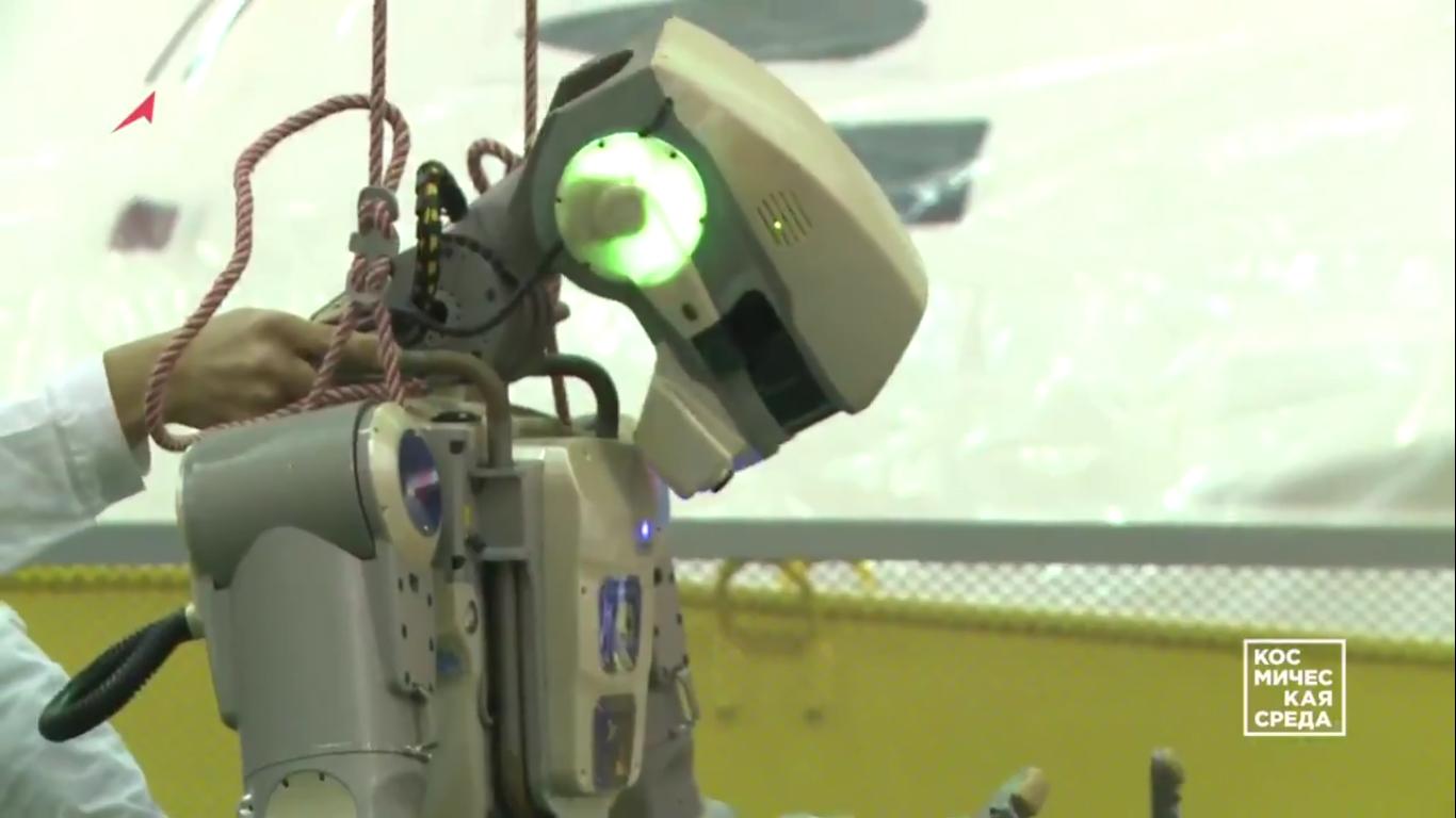 Первые видеокадры с роботом FEDOR (Skybot F-850) с Байконура и его размещение в кресле пилота - 8